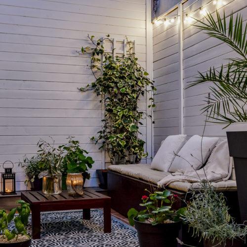 Aménagement d'une terrasse. Des solutions simples à mettre en œuvre et économiques ont permis de créer un espace agréable dans ce petit patio.