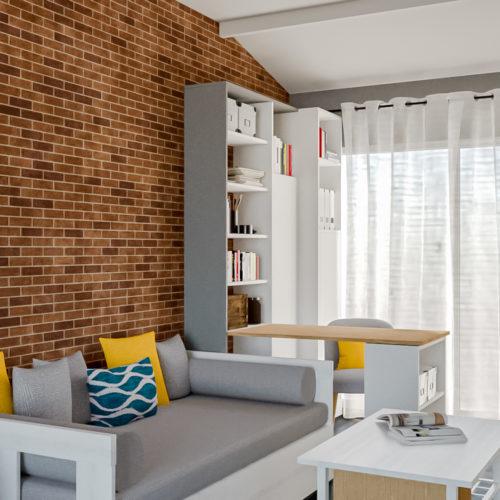 Conception d'un espace bureau modulable dans un salon. Le plateau escamotable disparaît complètement une fois replié.